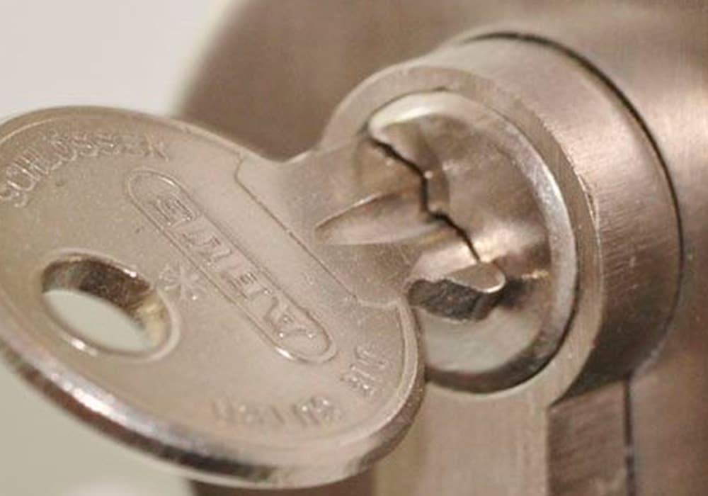 Tipos de cerraduras herrajes y bisagras en las puertas de aluminio
